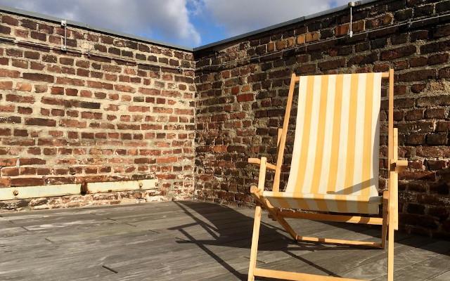 Sonnenbaden auf der Terrasse des Mtreffs der Alten Feuerwache Köln